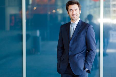 ejecutivo en oficina: Apuesto hombre de negocios retrato