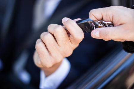 Hombre que toma la llave del coche Foto de archivo - 55147655