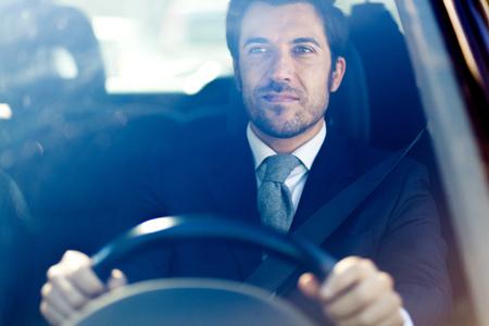 hombre manejando: Apuesto hombre conducía su automóvil