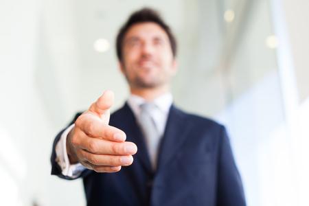 Close-up von einem Geschäftsmann mit einem Handschlag