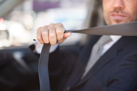 Treiber Befestigung des Sicherheitsgurtes seines Autos. Geringe Schärfentiefe, konzentrieren sich auf die Hand Standard-Bild - 55153232