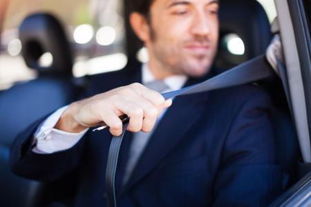 Portret van een knappe kerel met behulp van de veiligheidsgordel Stockfoto