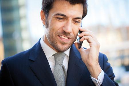 hablando por celular: Retrato de un hombre de negocios hablando por teléfono