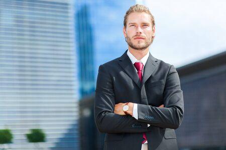 hombres trabajando: gerente masculino rubio y guapo