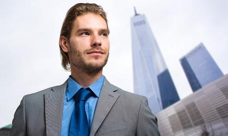 hombres trabajando: Retrato de un hombre de negocios al aire libre Foto de archivo