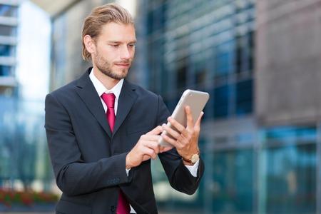 Uomo d'affari con il suo tablet