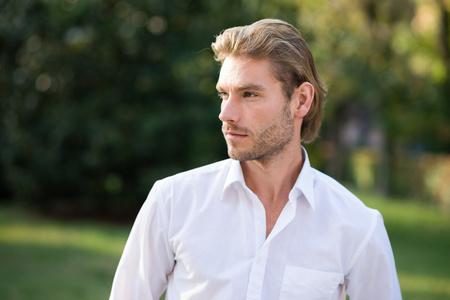 blonde yeux bleus: Portrait d'un jeune homme confiant