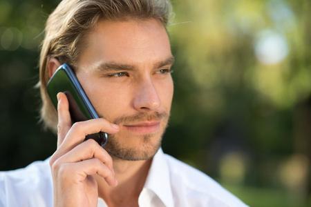 Portrait d'un homme qui parle au téléphone