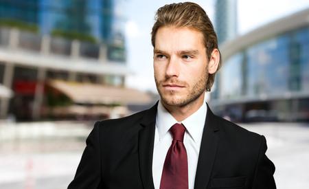 blonde yeux bleus: Portrait d'un homme d'affaires dans un environnement d'affaires