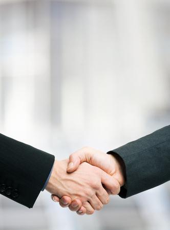apreton de mano: La gente de negocios dándose la mano. Un montón de espacio de la copia