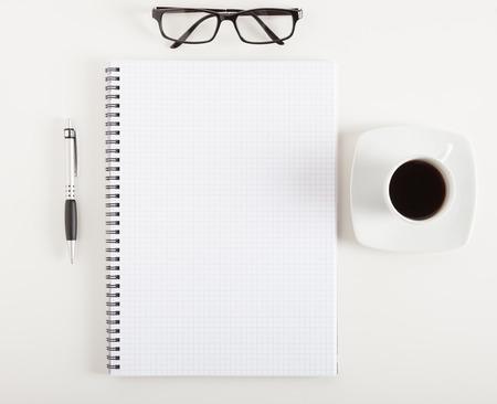 boligrafos: Cuaderno vacío en un escritorio Foto de archivo