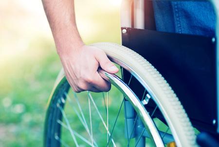 Détail d'un homme handicapé sur un fauteuil roulant Banque d'images - 55327184