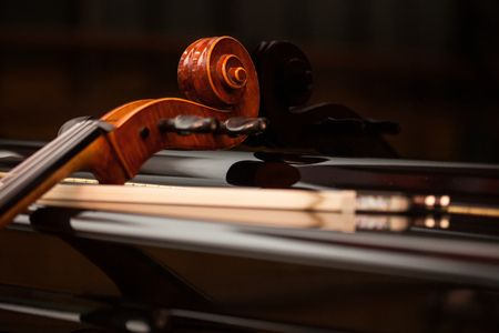 Klassieke muziek concept: cello leunend op een piano
