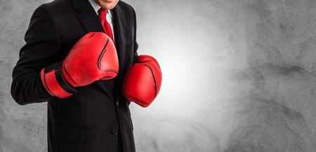 peleando: Hombre de negocios con guantes de boxeo listo para luchar Foto de archivo