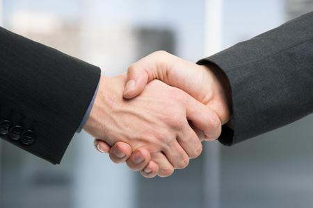 dando la mano: Empresarios estrechar la mano Foto de archivo
