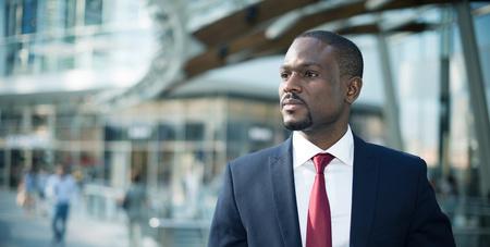 hombre de negocios: Retrato de un apuesto hombre de negocios que recorre en un entorno empresarial