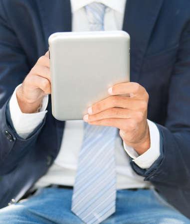 vertical: Detalle de un hombre con un tablet PC