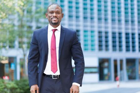 Überzeugter schwarzer Geschäftsmann im Freien