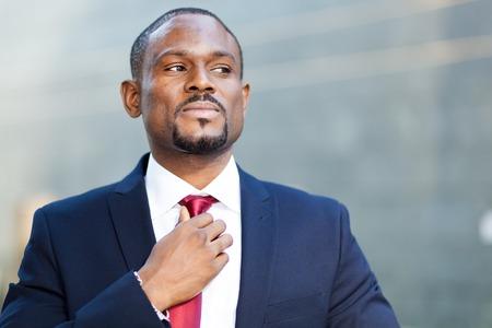 persone nere: Uomo d'affari sicuro esterno nero Archivio Fotografico