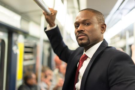 Ritratto di un uomo d'affari che viaggiano in metropolitana