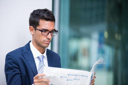 periodicos: Retrato de un hombre de negocios que lee un periódico