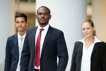 grupos de personas: Retrato de un hombre de negocios en frente de su equipo