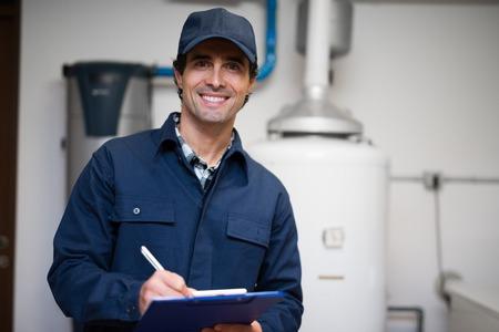 Technicien d'entretien d'un chauffe-eau Banque d'images - 55652950