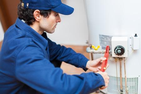 配管の温水ヒーターを固定