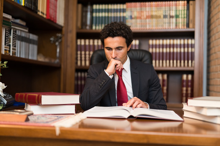 Portret van een zakenman het lezen van een boek Stockfoto