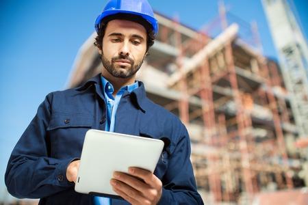 태블릿 컴퓨터를 사용하는 건설 전문가 스톡 콘텐츠
