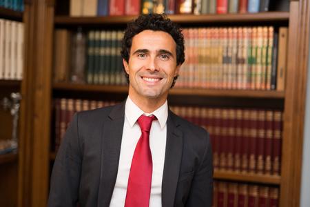 director de escuela: abogado acertado hermoso en su estudio