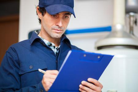Techniker die Wartung eine Warmwasser-Heizung Standard-Bild - 55653473