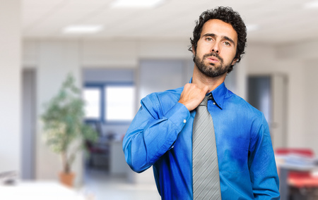Zweten zakenman door hete klimaat