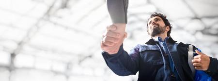 Portret van een ingenieur die een handdruk geeft, Grote kopie-ruimte Stockfoto
