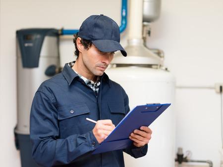 Techniker die Wartung eine Warmwasser-Heizung Standard-Bild - 55653867