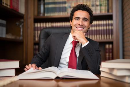 director de escuela: Retrato de un hombre delante de un libro
