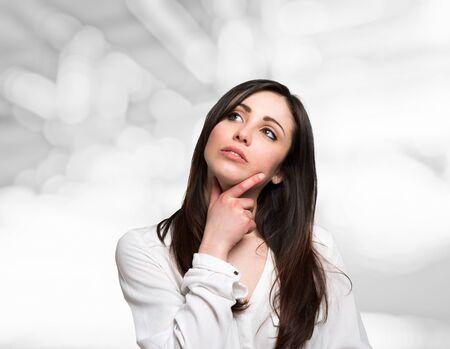 Ritratto di una giovane donna alzando lo sguardo