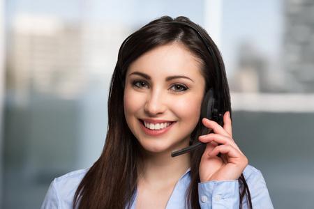 Portret van een mooie klant vertegenwoordiger