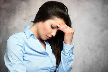 Schöne junge Frau mit Kopfschmerzen Standard-Bild - 57286432