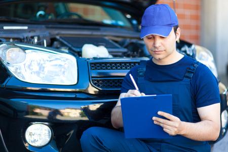mot: Mechanic writing on clipboard