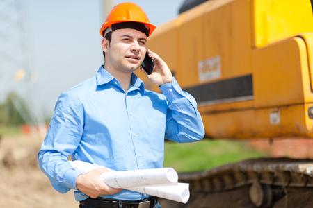 Architekt im Gespräch am Telefon in einer Baustelle Standard-Bild