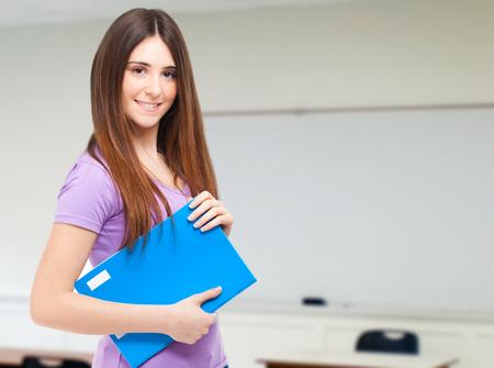Portrait d'un jeune étudiant mignon dans sa classe
