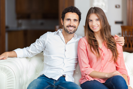 parejas enamoradas: Pareja joven en el sofá en el amor
