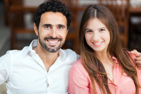 hombres jovenes: Pareja joven en el sofá en el amor