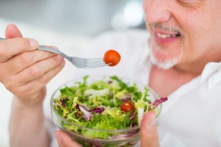 comida rica: Hombre comer una ensalada