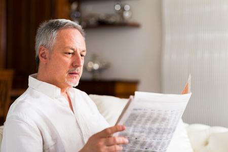 persona leyendo: Retrato de un hombre maduro lectura de un periódico