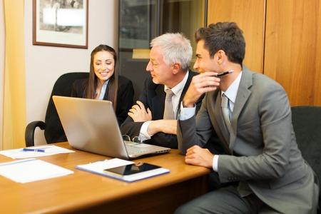 personas leyendo: Gente de negocios en el trabajo