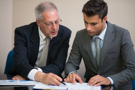 Hombres de negocios en el trabajo en su oficina Foto de archivo - 60117900