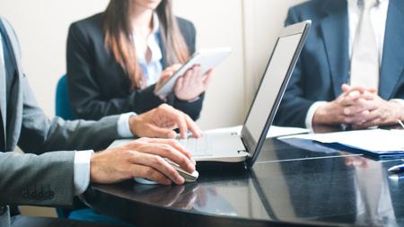 Bedrijfs mensen die in hun kantoor