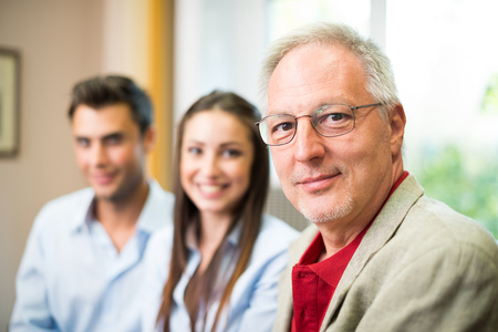 Mensen uit het bedrijfsleven dragen informele jurken aan het werk in hun kantoor Stockfoto